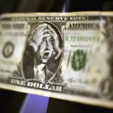 Доллар дешевеет по отношению к рублю
