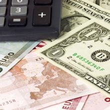 В субботу доллар укрепился к рублю на 1 копейку, евро — на 10 копеек