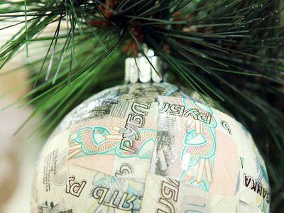 Елочное украшение из рублей