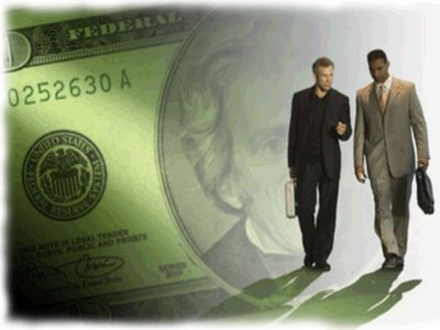 Деловые люди на фоне доллара