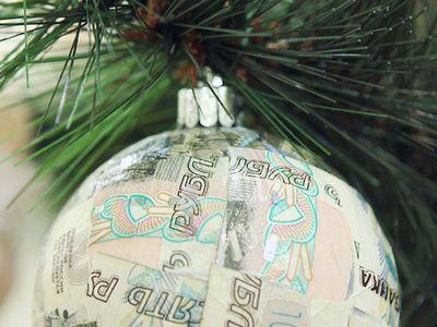 Новогодний шар из рублей