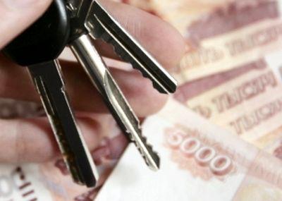 Ключи от квартиры на фоне рубля