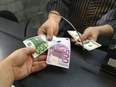 Доллар и евро в обменном пункте