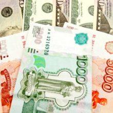Эксперты спорят о способности рубля вытеснить доллар ниже ₽65,00