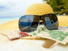 Как правильно распоряжаться в отпуске своими деньгами: советы эксперта