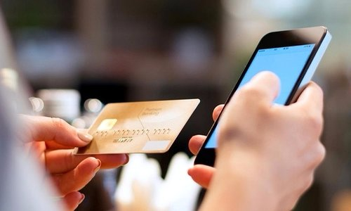 Банковская карта и смартфон