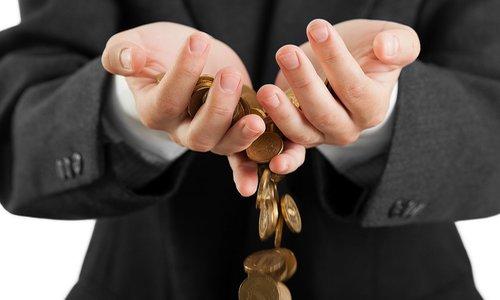 Деньги утекают сквозь пальцы