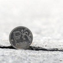 Эксперты объяснили вчерашнее падение рубля вступлением в силу новых санкций «по Скрипалям»