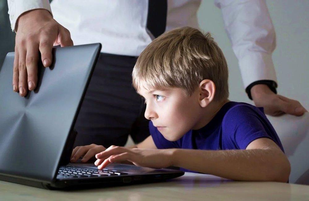 Ребенок за компьюетром